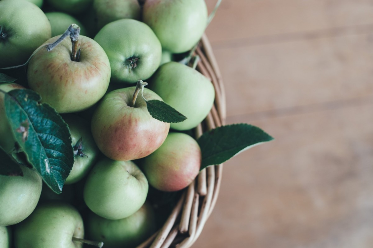 apples, organic and conventional